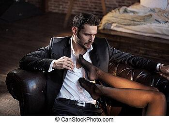 guapo, hombre de negocios, relajante, en, el, lujoso, apartamento, con, un, sensual, mujer