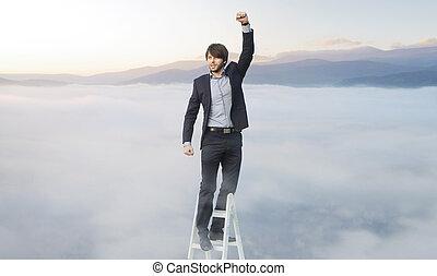 guapo, hombre, en, el, escalera, encima de las nubes