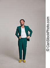 guapo, hombre, en, juego verde