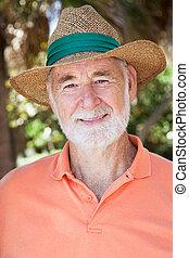 guapo, hombre mayor, en, sombrero de paja