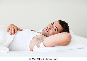 guapo, hombre, mentira en cama