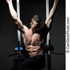 guapo, hombre que ejercita, el suyo, abs, en, el, gimnasio