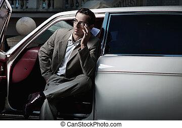 guapo, hombre que sienta, en el coche