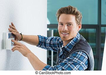 guapo, joven, electricista, reparación, intercomunicador