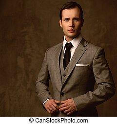 guapo, joven, en, clásico, traje