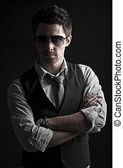 guapo, macho, en, gafas de sol