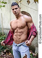 guapo, muscular, joven, con, camisa abierta, y, sombrero de paja