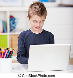guapo, niño joven, utilizar, un, computador portatil