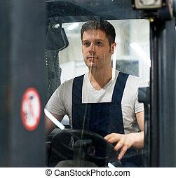 guapo, operario carretilla elevadora, trabajando, en, el, warehouse.