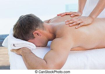 guapo, poolside, obteniendo, hombre, masaje