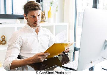 guapo, portapapeles, imagen, trabajando, hombre, mientras,...