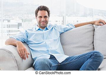 guapo, relajante, sofá, Mirar, cámara, feliz, hombre