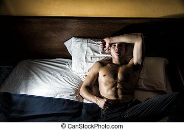 guapo, shirtless, atlético, joven, en cama, por la noche