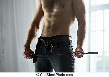 guapo, tipo, topless, con, látigo, bdsm