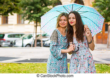 guarda-chuva, dois, rua, retrato, mulheres felizes