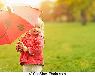 guarda-chuva, olhar, bebê, sorrindo, vermelho, saída