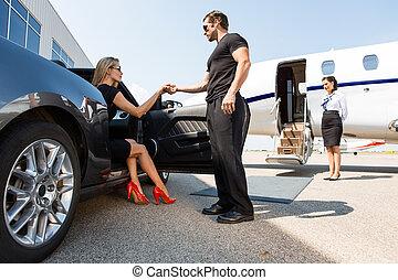 guarda-costas, mulher, car, ajudando, elegante, pisar