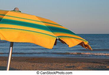 guarda-sol, com, a, mar, em, a, fundo, em, verão