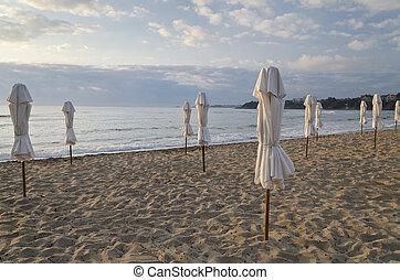 guarda-sol, ligado, desertado, costa, mar, em, amanhecer