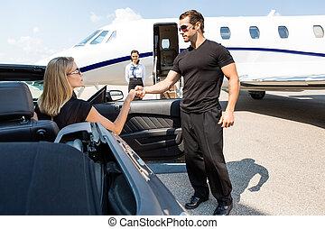 guardaespaldas, mujer, coche, porción, elegante, dar paso ...