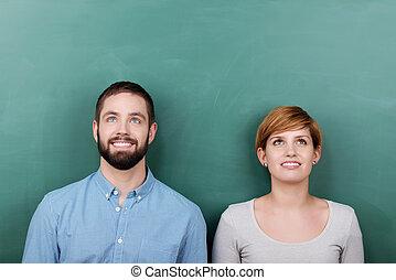 guardando, lavagna, contro, insegnanti