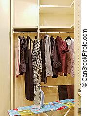 guardarropa, con, ropa, y, tabla planchar