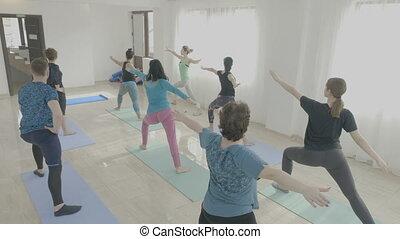 guerrier, fait, yoga, teambuilding, pose, exercisme, milieu, studio, fitness, vieilli, constitué, classe, femmes