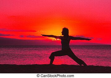 guerriero, posa yoga, in, tramonto