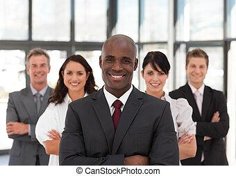 guiando, equipe, africano, negócio, americano, homem, jovem