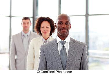 guiando, seu, africano-americano, colegas, sorrindo, homem negócios