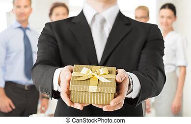 guichet, cadeau, tenant mains, homme