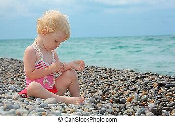 guijarro, se sienta, playa, niño