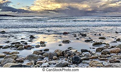 guijas, lleno, nubes, cielo, después, amenazador, arriba, bañado, orilla, tormenta, calma, mar, ondas, cierre