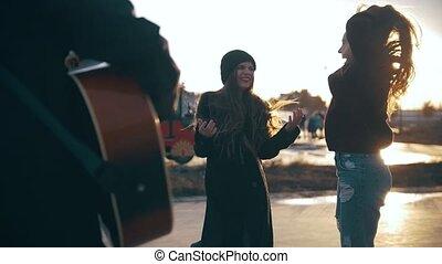 guitare, filles, longs cheveux, joueur, sauter, coucher soleil, devant, heureux