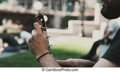 guitare, gros plan, ficelle, été, ensoleillé, jeune, beau, day., rue, restrung, homme, changer, barbe, vue
