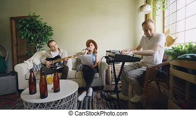 guitare, répétition, elle, paroles, instruments, amis, quoique, musical, regarder, pendant, papier, joli, clavier, maison, jouer, chant, chanteur, studio.