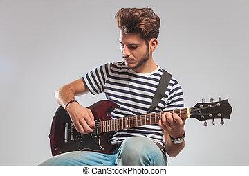 guitarist, ポーズを取りなさい, 着席させる, 中に, スタジオ, 間, ギターの 演奏