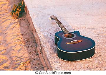 guitarra acústica, ligado, um, noite, praia, em, luz solar, toned, em, estilo retro