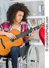 guitarra, cadeira rodas, tocando, mulher