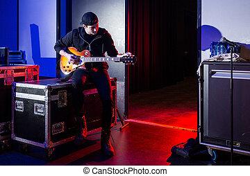 guitarra, guitarrista, afinando, roadie