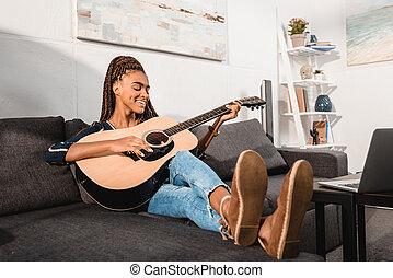 guitarra, mulher, tocando, sofá