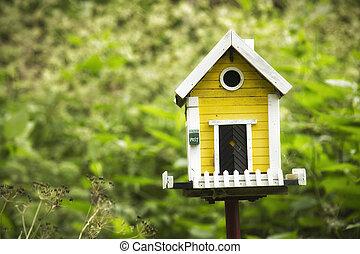 gul, birdhouse, in, a, trädgård