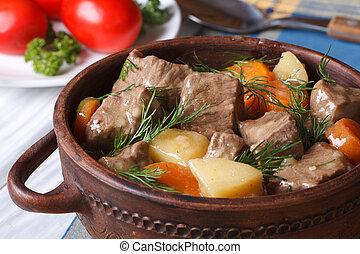 gulasz wołowiny, z, warzywa, w, niejaki, garnek, horizontal.