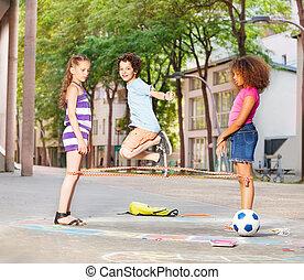 gummibänder, junge, draußen, friends, spiele