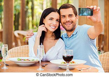gyártás, selfie, alatt, restaurant., gyönyörű, fiatal, szerető párosít, gyártás, selfie, noha, mobile telefon, és, mosolygós, időz, bágyasztó, alatt, szabadban, étterem, együtt
