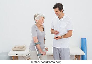 gyógyász, fejteget, jelent, noha, egy, meghibásodott, idősebb ember, türelmes