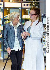gyógyszerész, idősebb ember, türelmes, fiatal