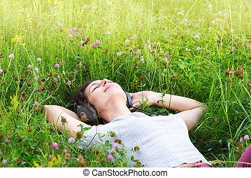 gyönyörű, élvez, nő, fejhallgató, fiatal, zene, outdoors.