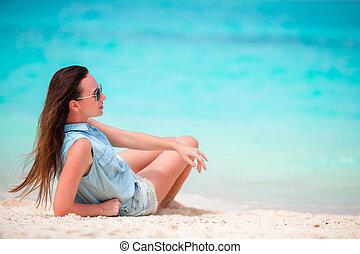 gyönyörű, élvez, nő, neki, nyár, vacation., frangipani, fiatal, szünidő, tropikus, egyedül, közben, haj, menstruáció, tengerpart
