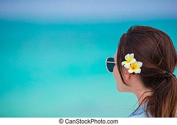 gyönyörű, élvez, nő, neki, nyár, vacation., frangipani, szünidő, tropikus, closeup, egyedül, közben, haj, menstruáció, tengerpart